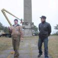 Eile korrastasid firma 3D Viiking töömehed Tehumardi mälestusmärki – mõõgale paigaldati luugid ja monumendi sisemus puhastati kunagisest ehitusprahist.