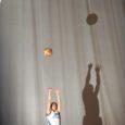 """Saaremaa viimaste aegade parimaid korvpallureid Mario Paiste (21) pallib esimest hooaega Eesti kõrgeimas liigas. Teda Kuressaares trehvata on paras saavutus, kuna ülemäära tihti ta saarele enam ei satu. Pildistamise ajal küsisin, kuidas uues klubis treenida on, ja sain vastuseks muigamisi öeldud: """"Alguses oli küll selline tunne peal, et tahaks riba panna…"""" Intervjuus Saarte Häälele kinnitab Mario, et raske on, kuid tööd tuleb teha. Saare maakonna parima tiitel ei maksa mujal midagi."""