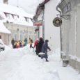 Üha tihenevad lumesajud ja sõiduteede äärtesse kuhjunud lumevallid on pahaseks ajanud kitsastel tänavatel asuvate kaupluste töötajad, jalakäijad ning ka paljud autojuhid.