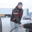 Mandril tegutsev kütusefirma Statoil tõstis teisipäeva õhtul bensiiniliitri hinda 75 senti ja diislikütuse hinda 65 senti, eile keskpäeval langetas seda konkurentsist johtuvalt aga 25 sendi võrra. Saaremaal küll Statoili tanklaid pole, kuid teisedki kütusefirmad on hindu tõstnud.