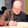 Värske laureaat on sündinud 1. septembril 1940 Vana-Vigalas Tiduvere küla Sepa-Otto talus. Vello esimene pill oli väike lasteakordion, millel ta oskas kooli minnes mängida 12 lugu. Muusikamaailma avastati koos eraõpetaja Mihkel Saiaga.