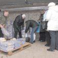 Euroopa Liidu toiduabi võisid eile Kuressaares Ringtee kaubanduskeskuse tagusest garaažist saada kõik soovijad nii linnast kui ka maalt ilma ühtegi paberit ette näitamata.
