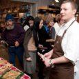 """Pädaste mõisa kokk Sander Väärt (23), kes pälvis hiljuti Eesti aasta koka auhinna, kinnitab, et elu on pärast tiitli saamist muutunud küll. """"Tundub, et läheb paremini ikka,"""" tõdes Väärt eile muiates, kui tutvustas Kuressaare Rahva Raamatu kaupluses Pädaste Gourmet' kaubamärgi all tehtavaid tooteid."""
