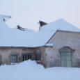 Kõljala keskuses asuva vana talli katus vajus taas lumeraskuse all sisse. Eelmisel talvel lõhkus paks lumi hoone teise poole katuse, mis suve jooksul ära parandati.