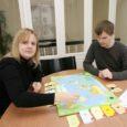"""Geograafiateemalise lauamängu """"Geopol"""" mõtles välja ja pani ühes abikaasa Juhaniga kokku Kuressaarest pärit Kristi Raudmäe."""