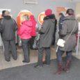 Eile, kaks päeva enne krooni loojangut lookles mitmes pangakontoris, ka Kuressaare Swedbanki sularaha sissemakseautomaadi ees pidev järjekord.