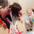 """Päästearmee ja Maxima """"Inglipuu"""" projekt kogus tänavu jõulude aegu puudust kannatavatele lastele üle Eesti enam kui 700 kingitust. Kuressaare kaupluses oodati kinke ühtekokku 21 Saaremaa lapsele. Kingitusi kogunes aga kõvasti rohkem, mis tähendas, et nii mõnigi laps sai eilsel kingituste kättejagamisel rohkem kui ühe jõulupaki."""