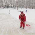 Eile võis Kuressaare pargis Lossikonna kohviku juures näha lumelabidaga inimesi, kes usinalt jää pealt lund ära ajasid, et lähiajal oleks võimalik seal liuväli avada. Paljud neist olid reageerinud üleskutsele, kus paluti abi lumelükkamiseks.