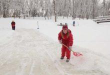 Vabatahtlikud aitasid liuväljalt lund rookida