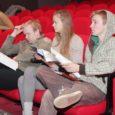 """Kuressaare Linnateatris algasid eile proovid uue lavastusega """"Värviline kummut"""". """"See on imeline lugude lugu kõigile, kes lapsed või kelle sees mõni lugu lapsepõlvest peidus on,"""" ütles loo autor ja lavastaja Aarne Mägi."""