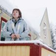 Paksu lumemütsi all olevas Kaarma koolis hetkel õpilased ei hõiska. Selge ka, kuna on koolivaheaeg. Samas ei pruugi juba järgmisel aastal õppida selles piirkonnas, kus on haridust antud juba 260 aastat, sama palju lapsi. Seda juhul, kui vallavalitsus otsustab kooli muuta 6-klassiliseks. Põhjuseid on kaks: laste vähesus ja sellest tulenevalt ka raha vähesus. Kaarma põhikooli kohamaks on Eestis kalliduselt neljandal kohal.