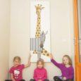 """Kuressaare Ristiku lasteaed sai kunstnik Anne Olopilt jõulukingiks maali """"Triibu ja Mummu sõbrad"""". Lasteaia juhataja Monika Talistu on kingituse üle rõõmus ja tänab kunstnikku kogu lasteaiapere poolt."""