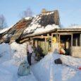 Küttepuid toonud autojuht sõitis vastu majaseina ja mõned päevad hiljem varises Muhus Nurme külas asuv elumaja kokku. Majas elanud 72-aastane Hilja sai vallalt küll ajutise peavarju, kuid käib siiski iga päev kallist kodukohta vaatamas.