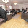 Neljapäeval oli Pärnu maakohtu Kuressaare kohtumaja saal rahvast täis. Tegemist ei olnud siiski mõne üldsusele huvipakkuva kohtuprotsessiga, vaid kohtusse olid ühiskonnaõpetuse tunniks tulnud Kuressaare gümnaasiumi üheksandate klasside õpilased.