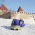 Blue Super Segway, kes tegeleb Eestis Segway liikurite maaletoomisega ning tutvustas alles hiljuti Saaremaal omanäolist lumejalgratast, testis läinud reedel Kuressaare lossivallidel uut talverõõmude nautimiseks sobivat airboard'i.
