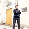 Kuressaare linnavalitsuse eilsel istungil vastuvõetud otsus täiskasvanute gümnaasiumi ja kunstikooli kolimisest Garnisoni tänavale põhikooli hoonesse kunstikooli direktorit Boris Šestakovi ei rõõmusta.