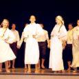 Läinud laupäeval tähistas oma 20. sünnipäeva Saaremaa ühisgümnaasiumi luuleteater Krevera. Selleks puhuks olid kooli aulasse kutsutud kõik endised ja tulevased kreveralased ning sõbrad-tuttavad-sugulased. Õnnitlejaid oli palju ja õnnesoovid soojad.