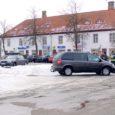Sellist pilti võis pärast kella 16 näha Kuressaare kesklinnas, kui politsei oli asunud korrale kutsuma neid autoomanikke, kes arvavad, et parkida võib igal pool.