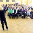 """Kuressaare gümnaasiumi aula oli eile pea terve koolipäeva täis väiksemaid ja suuremaid laulusõpru, kes kõik loodavad pääseda juuli algul toimuvale XI noorte laulu- ja tantsupeole """"Maa ja ilm""""."""