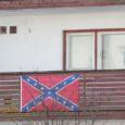 Kuressaares Mooni tänaval asuva korterelamu rõdult jäi Saarte Hääle lugeja kaamerasilma ette sinisepunasekirju tärnikestega lipp, mis kannab laias maailmas teadupoolest rassistlikku sõnumit.