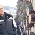 Roomassaare sadama ala on puidumaterjali nii täis, et suur hulk puidust on tulnud ladustada ka sadamalähedasele platsile. Seoses erakorraliste jääoludega ja navigatsiooniperioodi lõppemisega mullu detsembris on Roomassaares kaubavedu katkenud juba ligi neli kuud.