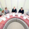Saare maavalitsuse saalis kirjutati eile alla koostöölepe, mille kohaselt toetavad Saarte Investeering, Saaremaa ettevõtjate liit ja Rahva Raamat silmapaistvaid õpitulemusi saavutanud õpilasi.