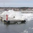 Neljapäeva õhtul Saare- ja Muhumaad raputanud torm Ingo kuhjas mitmel pool rannikule hiiglaslikke jääkuhilaid, millest üht võivad kõik parvlaeval Kuivastusse saabujad imetleda otse sadamakail.