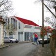 2007. aastal toimunud arhitektuurikonkursi kohaselt kavandati Kuressaares Lasteaia tänav 2 asuvale krundile püstitada uus äri- ja eluhoone. Kuna krundi arendaja muutus mõne aja eest ning konkursi võitnud arhitektuuribüroo Asum Arhitektid OÜ juhatuse liikmest Hannes Koppelist sai vahepeal linnaarhitekt, muutus projekt osapoolte vahelise tõsise vaidluse objektiks.