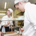 """Ka täna võtavad Kuressaare ametikoolis eile alanud kutsevõistlusel """"Nooruslik kevad 2011"""" vastastikku mõõtu parimad noored kokad ja teenindajad üle vabariigi. Õpilasi osaleb kokku 16 koolist."""