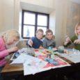 Lõppeval nädalal võõrustas Angla pärandkultuurikeskus nii lasteaialapsi, algklasside õpilasi kui ka noori peresid, pakkudes külalistele võimalusi ülestõusmispühade kaunistuste valmistamiseks, munade värvimiseks, savist esemete meisterdamiseks ja temaatilistes mängudes osalemiseks.