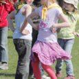 Kolmandat aastat tähistati Valjalas rahvusvahelist tantsupäeva. Eile tantsisid Valjala põhikooli staadionil kooli õpilased koos õpetajatega. Ning tänavu olid tantsimas ka külalised – Sakla memmede tantsurühm Viktooria. Kergejalgsed memmed lustisid koos lastega ja pärast esinesid neile. Tantsu vihtuma olid tulnud ka kohaliku naisrühma tantsijad Anne Auväärt ja Pirgit Nuut.