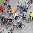 """Kuressaare lossipargist, otse kuursaali eest startis eile tiheda vihmasaju kiuste terve nädalavahetuse vältavale 205 km pikkusele roheliste rattaretkele """"Kuidas elad, Saaremaa?"""" lõputuna tunduv rivi lõbusaid rattureid."""