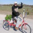 79-aastase, peagi 80-aastaseks saava Jaan Hundi tabas Saarte Hääle fotosilm möödunud laupäeval Valjala–Kallemäe teel. Muhe mees ütles naeru kõhistades, kui tema nime küsisin, et tema on kohe päris Võsavillem ja tuleb Valjala aiandist, kust ta endale tomatitaimi toomas käis.
