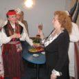 Rahvakultuuri arendus- ja koolituskeskuse juures tegutseva kolmeaastase rahvatantsujuhtide kooli järjekordne lend. 20 lõpetaja hulgas oli ka Reet Sillavee (pildil vasakul koos legendaarse tantsuõpetaja Ilma Adamsoniga) Kuressaarest.
