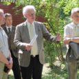 Eile avati Kuressaare lossipargis Rootsi suursaadiku istutatud tamme juures mälestuskivi, mis on pühendatud pargi 150. aastapäevale. Mälestuskivi avamisel osales ka praegune Rootsi Kuningriigi suursaadik Eestis härra Jan Palmstierna.
