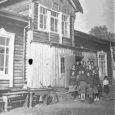 """Täna on leinapäev. 70 aastat tagasi viidi eestlasi külmale maale. Saarte Hääl avaldab lühendatult Valjala põhikooli 8. klassi õpilase Johanna Kallase kirjapandud mälestused oma vanaema Elvi Väli (sünd Nau, 4.02.1937) koolielust Siberis. Ainsa Saare maakonna õpilastööna avaldati Johanna kirjutis eelmisel nädalal trükivalgust näinud raamatus """"Siberi karm kool"""". Praegu on Elvi Väli pensionär, ta on kolme lapse ema ja seitsme lapselapse vanaema."""