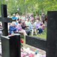 Eile kogunes küüditatud saarlaste mälestusmärgi juurde Kudjape surnuaial palju inimesi, kes süütasid küünlad ja asetasid mälestusmärgi jalamile pärjad. Saarlaste vastu toime pandud rängast kuriteost on möödas 70 aastat. Oma kodu pidi tookord jätma üle tuhande inimese, kellest pooled enam iial tagasi ei jõudnud.