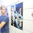 """Saarte Hääle fotograaf Egon Ligi avas Kuressaare bussiparkla majas Kitzbergi 2A oma viienda näituse """"Narkovastasus-fotoseeriad"""". Seekordne püsinäitus propageerib narkovaba eluviisi."""