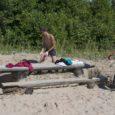 Kaks noormeest kaevasid Saaremaa hotelli juures olevas rannas liiva alla mattunud pinki välja.