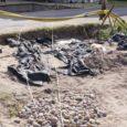 """Üleeile alustati Salme koolimaja poole viiva asfalttee lahtilõikamist. Seal asub 17-meetrise muistse sõjalaeva keskosa. """"Ei saa välistada võimalust, et sõjalaeva keskosast võib leida veel luustikke,"""" sõnas Salme kaevamisi juhtiv arheoloogiadoktor Jüri Peets."""