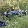 Sõitval autol ootamatult purunenud rehv paiskas masina vastu puud ning õnnetuse tagajärjel sai kaks inimest vigastada.