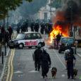 Nädalavahetusel alanud rahutused Londonis jätkusid uue hooga ka nädala algul ning levisid teistessegi piirkondadesse Inglismaal. Londonis elavad saarlased on ametkondade soovitusi kuulda võtnud ja tänavatel asjatult ringi ei liigu.