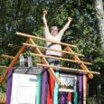 Täna õhtul Kärla pargis toimuv suveüritus Kärla Triip sündis suvesaarlaste Margit ja Harry Kõrvitsa koduõuel, kui pereproua hakkas suurest igavusest välikemmergut kohaliku kihelkonna triipudesse värvima.