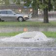 """Kuigi viimaste päevade jooksul on Kuressaaret kimbutanud rohked paduvihmad ja saju ajal paistab, et teedest on saanud jõed, on """"uputusefekt"""" asjatundjate sõnul pigem hetkeline ja olukord on linnas kontrolli all. Küll aga põhjustab liigne sadu probleeme eramajaomanikele."""