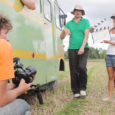 Kinobuss tõi eile Filmitalgute raames Saaremaale grupi noori filmitegijaid, et n-ö purki saaks püütud kaadrid sellest, kuidas vaprad hiiu naised, kellest vähemalt pooled tegelikult saarlannad on, keset Uduvere heinamaad purjus jahimeestelt bussi kaaperdavad, et sellega maailmalõpu eest Hiiumaale pakku pääseda.