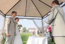 Noored abiellusid jalgpallistaadionil