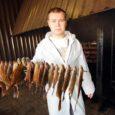 Nasval tegutseva firma Goldfish OÜ (eesti keeles Kuldkala) tegevjuht Raul Paabu tuli ligi neli aastat tagasi Tartust Saaremaale tuttavale kuuks ajaks appi ja jäi. Kalatoite liharoogadele eelistav mandrimaalt kaluritele lähemale kolinud noormees meelitas elukaaslasegi Saaremaale ja nüüd nad siis koos Merit Mehinega OÜ-lt Kalamu renditud pindadel kalatöötlemist edendavad.