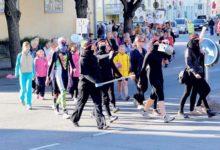 Ninjad Kuressaare kesklinnas KG õpilaste lustakas rongkäik spordipäevale.