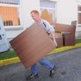Eile müüs Kuressaare haigla oma vana mööblit. Väiksema mööblieseme eest tuli ostjal välja käia vaid 1 euro ja suurema eest 3 eurot. Ennelõunal askeldas haigla juures ringi inimest kümmekond.