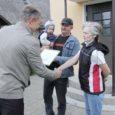 Kuressaare linnavalitsuse ametnikud ja Leo Filippov Saare maavalitsusest käisid eile tänamas Kuressaare linna kaunite kodude omanikke. Kõik laureaadid said 230 eurot preemiat ja elulõngakujutisega emailist majamärgi.